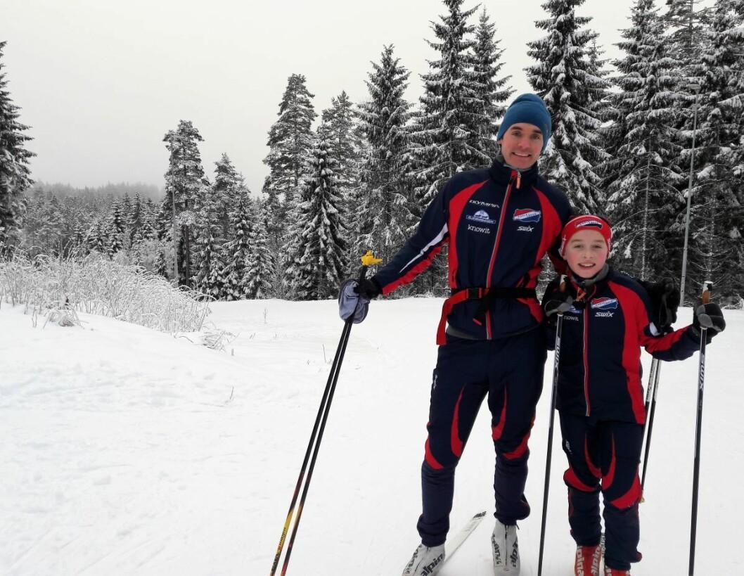 Mens lillebror og mor Maria ikke kunne vente, tok far Geir Magnus Sæternes (35) og Sigurd Høibjelke Sæternes (9,5) seg tid til å forklare hvorfor de tilbragte denne dagen i jula på ski. Foto: Anders Høilund