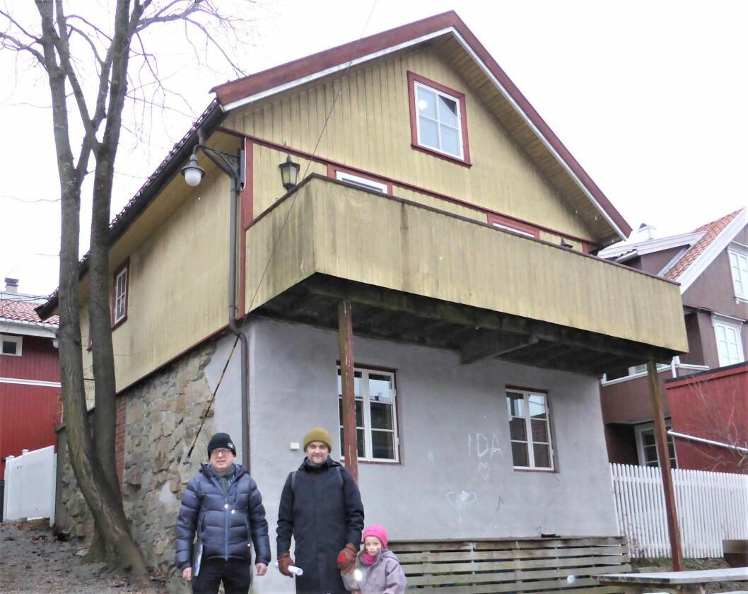 Morten Fastvold (f.v.), Stian Schjelderup og Frida utenfor Rodeløkka velhus. Foto: Åsmund Berge