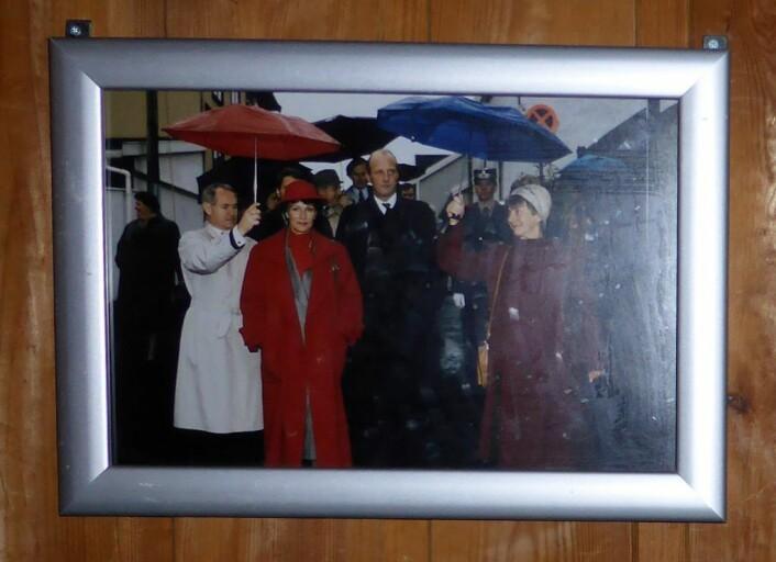 Bildet som viser Kong Harald og Dronning Sonja på besøk hos Rodeløkka velhus. Foto: Åsmund Berge