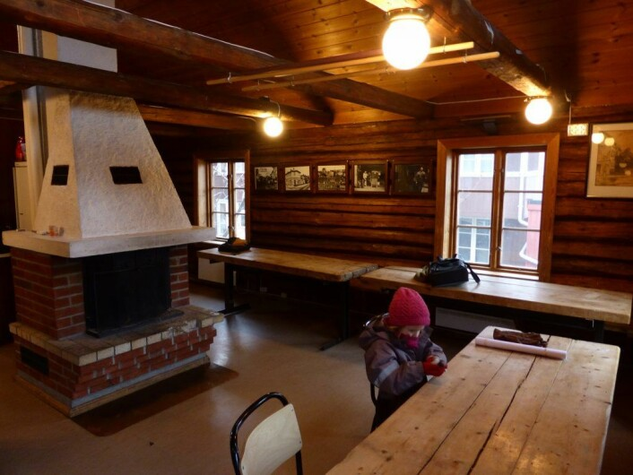 Andre etasje i Rodeløkka velhus, med Frida ved bordet. Foto: Åsmund Berge