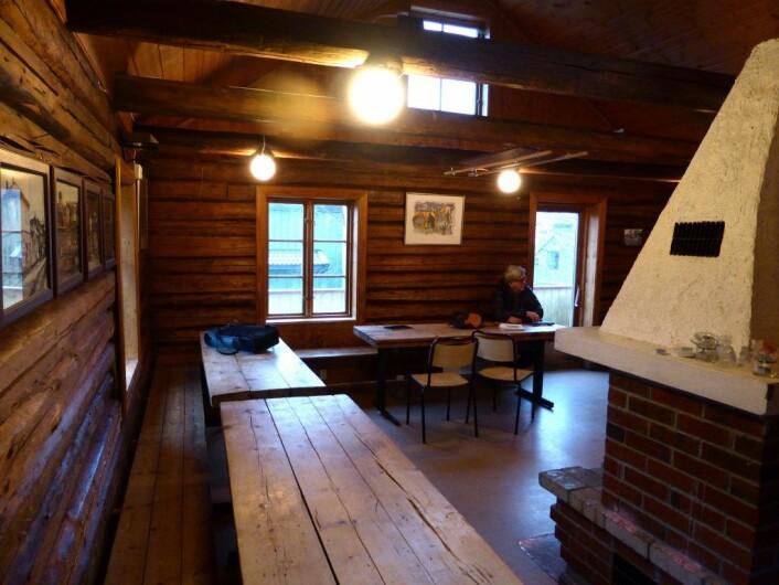 Motsatt side av andre etasje i Rodeløkka velhus, denne gangen med Morten Fastvold ved bordet! Foto: Åsmund Berge