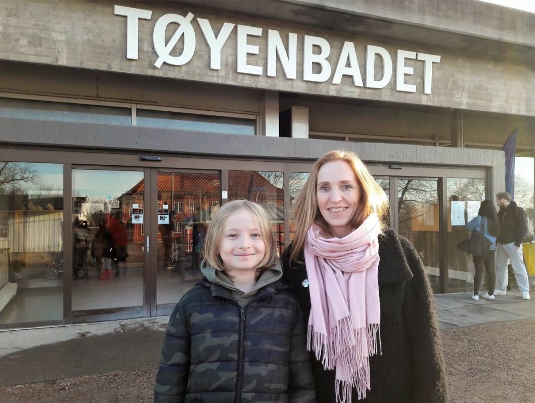 Leder for Oslo stupeklubb, Nina Beck, og sønnen Anton, lover at deres pepperkakeversjon av Tøyenbadet blir revet før den opprinnelige bygningen. Foto: Anders Høilund