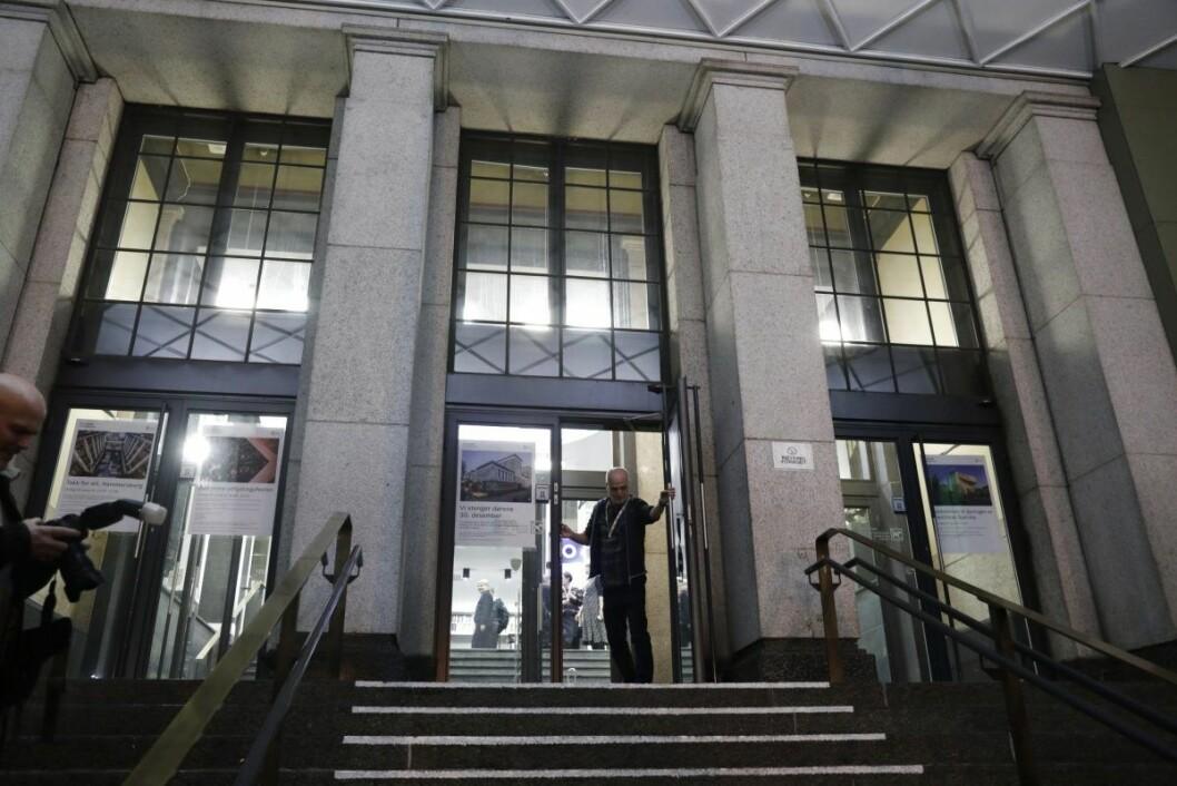 Dørene til Deichmann stengtes for vanlig bruk for godt klokken 19.00 mandag kveld. Foto: Berit Roald / NTB scanpix