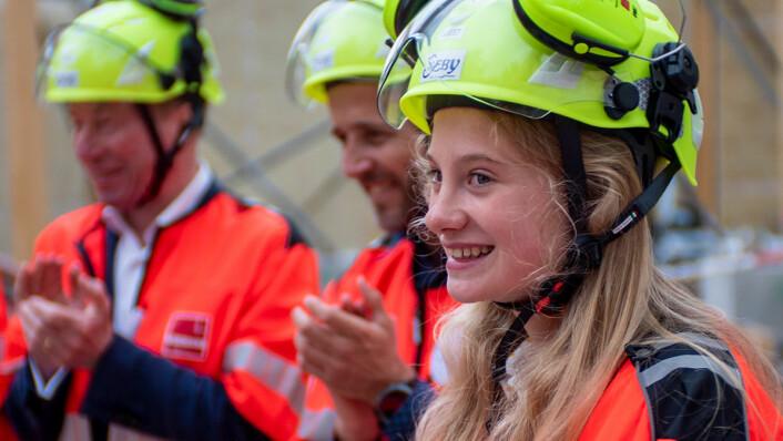 Penelope Lea fikk æren av å legge ned grunnsteinen til verdens første klimahus i Botanisk hage på Tøyen. Foto: Thor Langfeldt