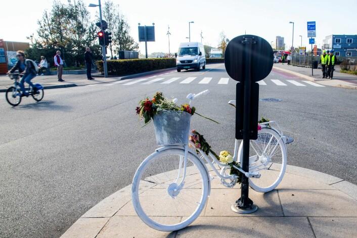Denne hvitmalte sykkelen med blomster utenfor Operaen er blitt et symbol på sykkelulykkene i Oslo. Her døde en kvinne i en sykkelulykke. Foto: Håkon Mosvold Larsen / NTB scanpix