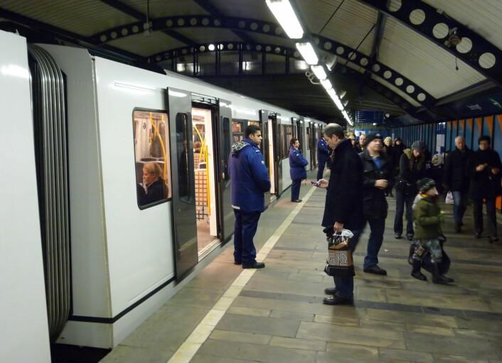 Billettkontroll på Stortinget stasjon. Alle tog ble stanset en kort stund mens inspektører gikk gjennom vognene og kontrollerte at alle hadde gyldig billett. Foto Per Løchen / SCANPIX