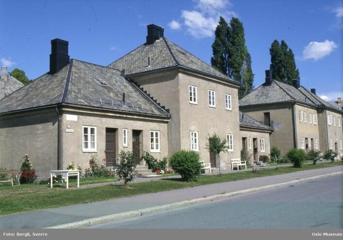 Nærmeste nabo til det gamle huset er den søte bebyggelsen til Eugene Hanssens småhjem. Foto: Sverre Bergli / Oslo Museum.
