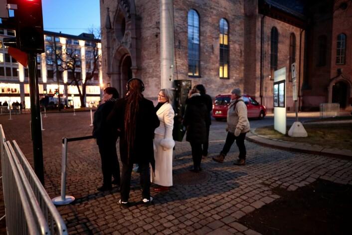 Allerede tidlig fredag morgen var det frammøtte som ventet foran sperringene før bisettelsen av Ari Behn i Oslo domkirke. Foto: Lise Åserud / NTB scanpix