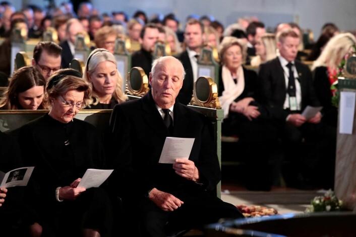 Kong Harald, dronning Sonja, Kronprinsesse Mette Marit og prinsesse Ingrid Alexandra under bisettelsen av Ari Behn i Oslo domkirke. Foto: Lise Åserud / NTB scanpix