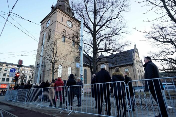 Publikum venter på å slippe inn til bisettelsen av Ari Behn i Oslo domkirke. Foto: Heiko Junge / NTB scanpix