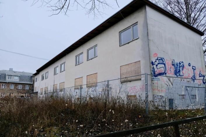 Det langstrakte bygget er, ifølge Boligbygg, i alt for dårlig forfatning og skal rives om cirka ett år. Foto: Emilie Pascale