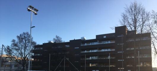 Entreprenørselskapet HENT må plukke ned lyskasterne på kunstgressbanen ved Hasle skole