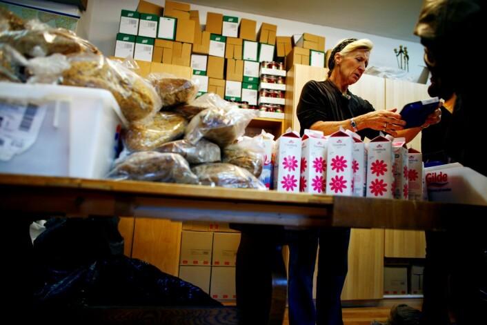 Minstepensjonist Brita Førland har i over 20 år jobbet med frivillighet og for vanskeligstilte, her på Fattighuset, der hun med sikker hånd deler ut brød, melk og kjøtt. Førland har ingen tilknytning til saken. Illustrasjonsfoto: Sara Johannessen / SCANPIX