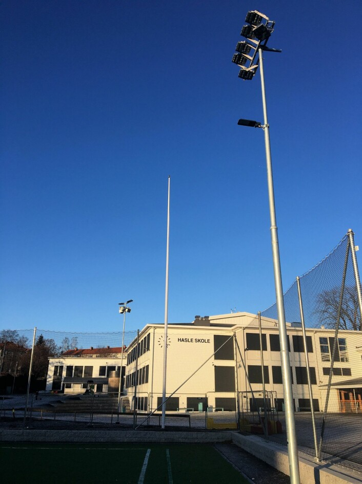 I et halvt år har kunstgressbanen på Hasle skole vært stengt. Først lille juleaften ble den åpnet for bruk. Foto: Vegard Velle