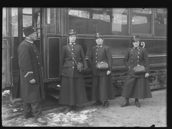 Tre spente damer. Før avreise på første kursdag 20.03.1916. Foto: Narve Skarpmoen, Nasjonalbiblioteket