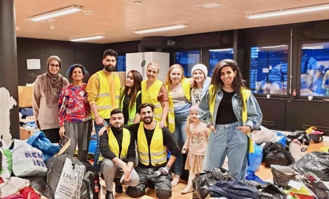 Wid, Ahmed, Zahra, Ammar, Sangeeta smiler stort sammen med et knippe av de frivillige. Alle er de svært fornøyd over dagens fangst. Foto: Ali Abdullah