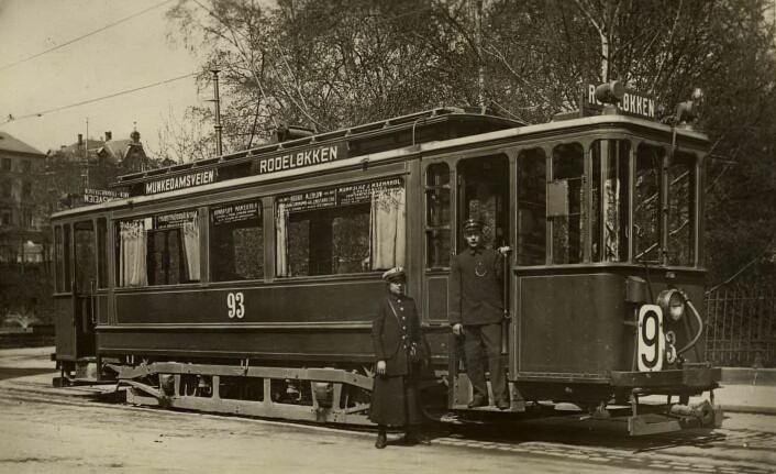 Konduktør Elisabeth Løken, vognfører Johansen på linje 9, Rodeløkka-Skillebekk over Munkedamsveien, trolig 1916