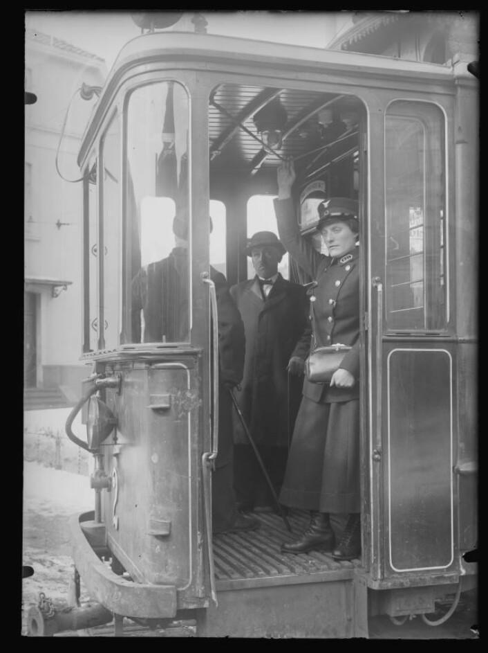 Det var Kristiania Sporveisselskab som var først ute med å kurse de kvinnelige konduktørene. Foto: Narve Skarpmoen, Nasjonalbiblioteket