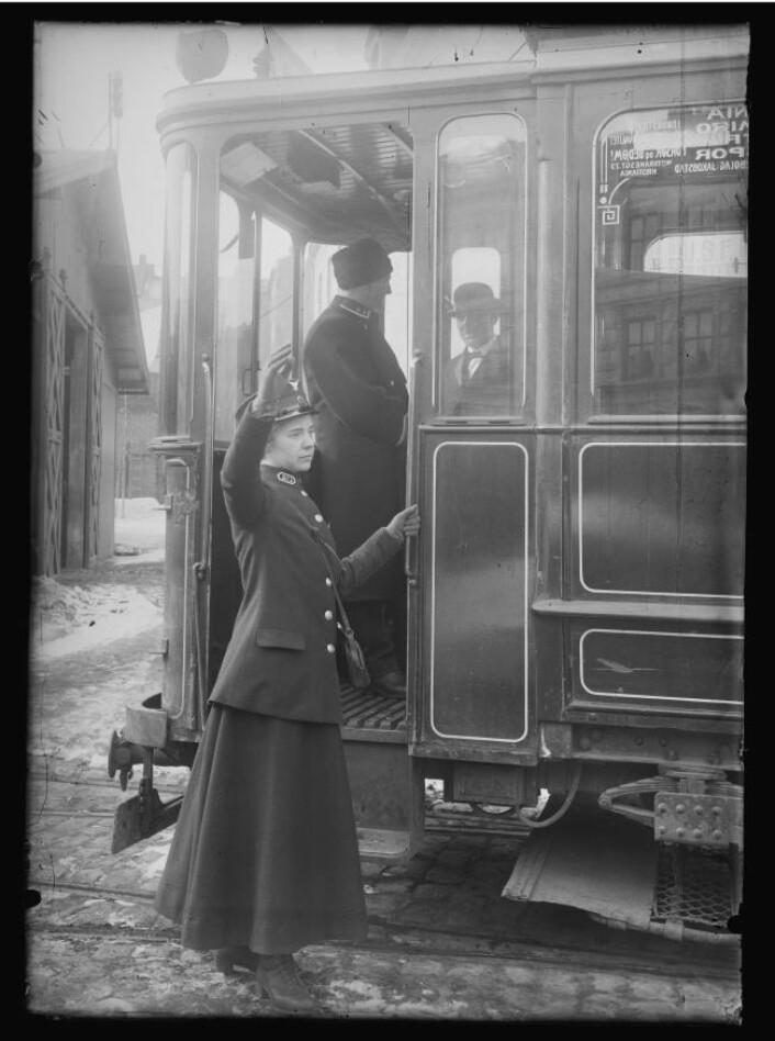 Margit Preede (f. Nilsen) i aksjon 20.03.1916. Foto: Narve Skarpmoen, Nasjonalbiblioteket
