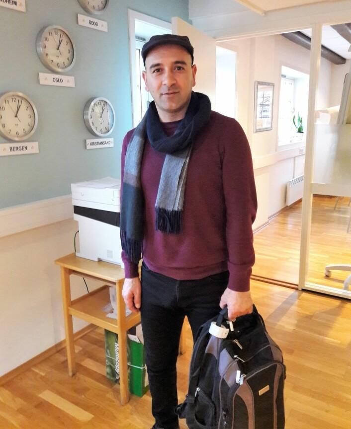 Nasim Alimoradi med ryggsekken hvor alt han trenger får plass. Foto: Anders Høilund