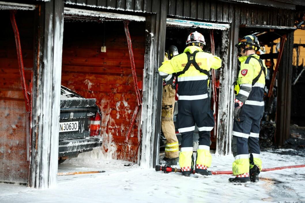 Åtte brannbiler rykket ut til brannstedet etter å ha fått melding om brann og kraftig røykutvikling i en rekkegarasje i Haugerudveien i Oslo. Foto: Terje Pedersen / NTB scanpix