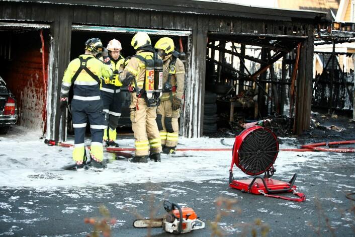 Politiet vil etterforske brannen som oppsto i et garasjeanlegg på Haugerud i Oslo onsdag. Brannetaten har kontroll over ilden i anlegget. Foto: Terje Pedersen / NTB scanpix