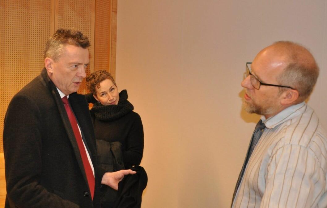 Advokat Brynjulf Risnes i samtale med aktor Hans Petter Pedersen Skurdal i Oslo tingrett. I bakgrunnen Live Glesne Kjølstad. Foto: Arnsten Linstad