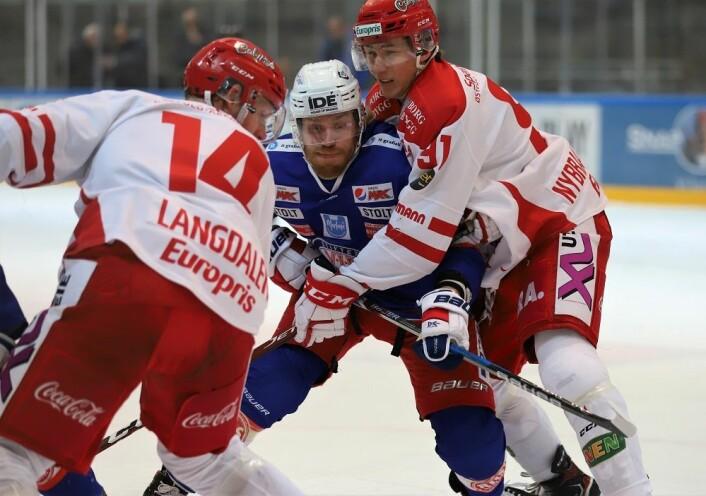 Henrik Olsén i kamp med to Stjernen-spillere. Foto: André Kjernsli