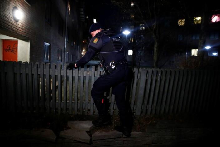 Politiet søker i området der en person ble skutt i armen fredag kveld. Foto: Terje Pedersen / NTB scanpix