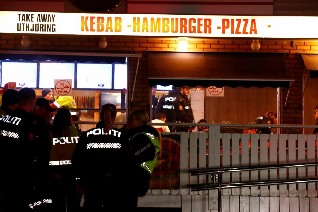 Politiet meldte om skytingen i Prinsdal, ved Prinsdal Grill, på Twitter klokka 0.11 natt til lørdag. Rundt 20 minutter etterpå kom opplysningen om at ytterligere én person var skadd, vedkommende har knivskader på kroppen. Foto: Terje Pedersen / NTB scanpix