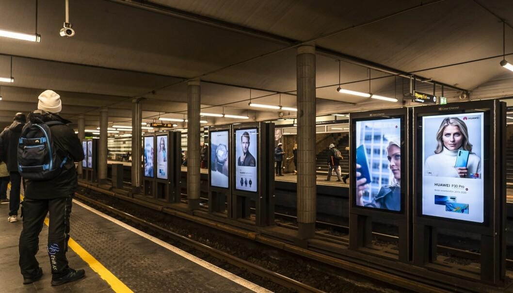 T-banen på Jernbanetorget står stille og er mørklagt.