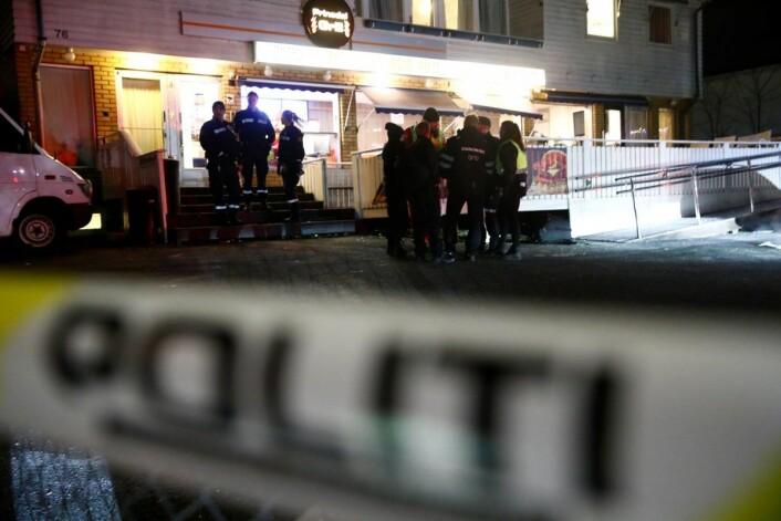 Politiet på plass bak sperring etter at en mann i 20-årene ble skutt og drept i Prinsdal rett før midnatt fredag. Foto: Terje Pedersen / NTB scanpix