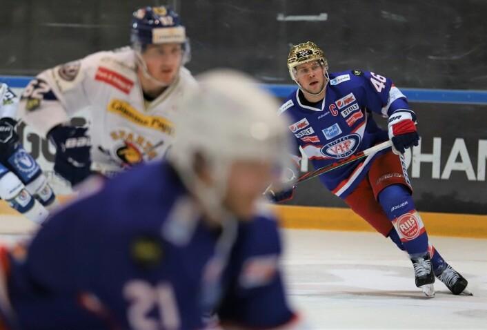 Jubilanten Tobias Lindström, i gullhjelm, scoret det første målet i kampen. Foto: André Kjernsli