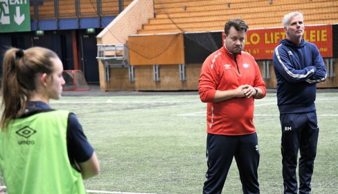 Danske Jack Majgaard Jensen (t.v.) og Raymond Mikkelsen skal lede Vålerenga-damene fra sidelinja også denne sesongen.