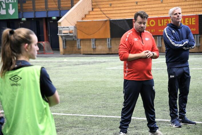 Sammen med assistenttrener Raymond Mikkelsen (t.h) og Jack Majgaard Jensen vil VIF spille med høyt press på motstanderne. Foto: Christian Boger