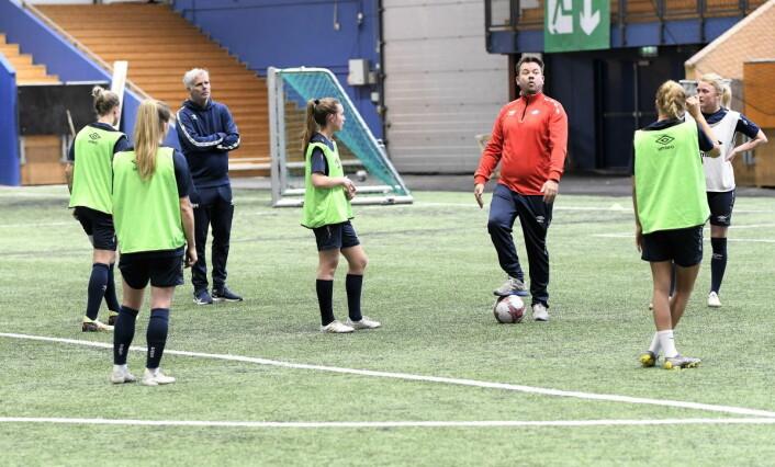 Når den nye sjefen med både serie- og cupgull fra Sverige taler lytter Vålerenga-jentene Foto: Christian Boger