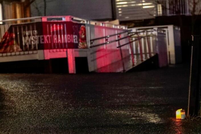 Lys tent utenfor Prinsdal Grill i Oslo lørdag ettermiddag, der en 21 år gammel mann ble skutt og drept sent fredag kveld. Foto: Lise Åserud / NTB scanpix