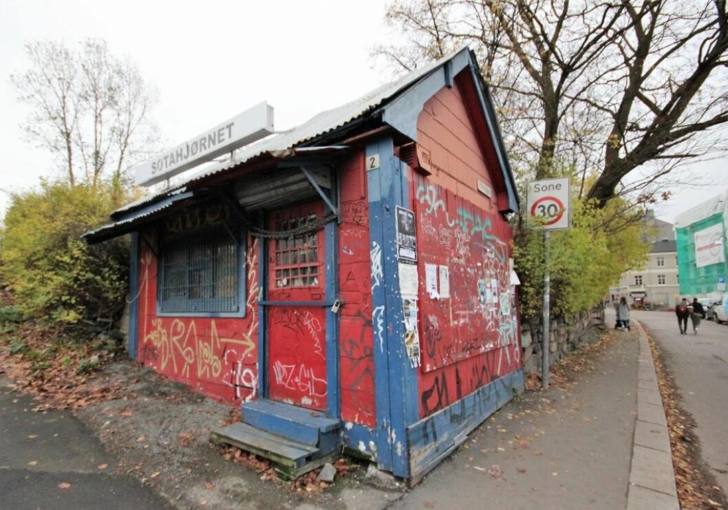 Både politiet og brannvesenet mener at de siste brannene i den gamle kiosken ved Sotahjørnet øverst på Vålerenga er påsatt. Foto: André Kjernsli