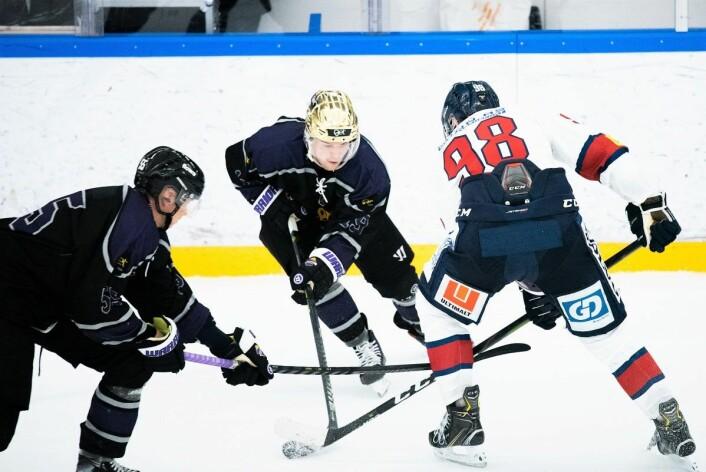 Jesper Öhrvall (med gullhjelm) og resten av Grüner-spillerne hadde fotjent seieren lørdag. Foto: Bjørnar Morønning