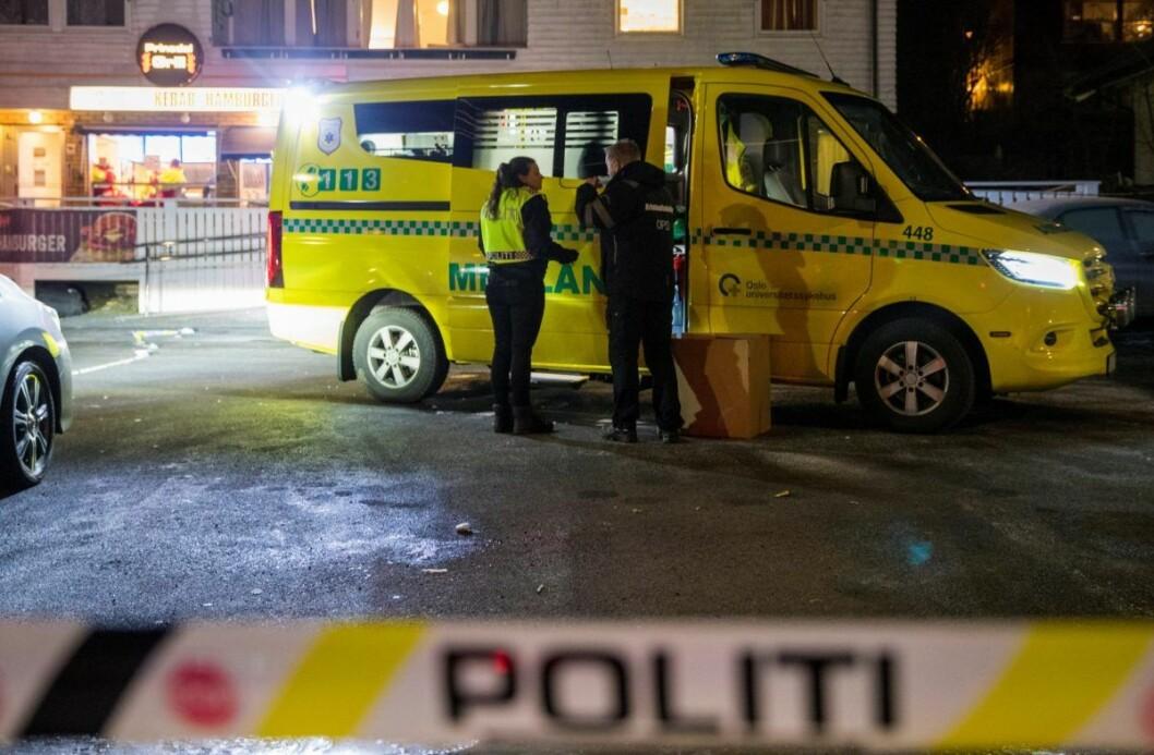Politiet fikk den første meldingen om hendelsen klokken 23.51. Både politiet og ambulanse var raskt på åstedet, og ved midnatt fant de en mann på 21 år med kritiske skader på parkeringsplassen utenfor Prinsdal Grill. Foto: Terje Pedersen / NTB scanpix