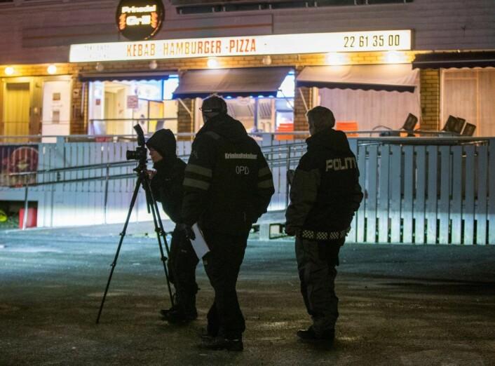 Krimteknikere undersøker åstedet etter at 21-åringen ble skutt og drept utenfor Prinsdal Grill rett før midnatt fredag. Foto: Terje Pedersen / NTB scanpix