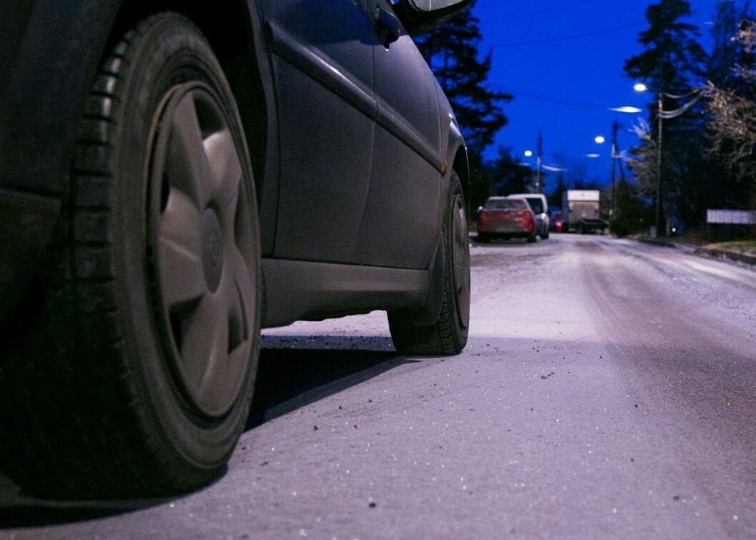 Politiet har varslet bymiljøetaten om stedvis glatte veier og gater i Oslo. Foto: Henrik Skolt / NTB scanpix