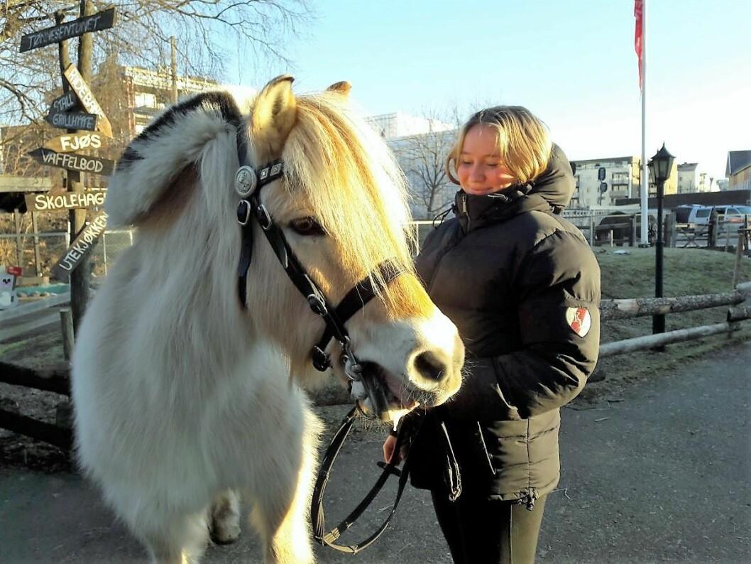 Blakken og Ayla skal ut på tur i nabolaget på Kampen. Så lenge bondegården er uten bil må turer til skogen vente. Foto: Anders Høilund