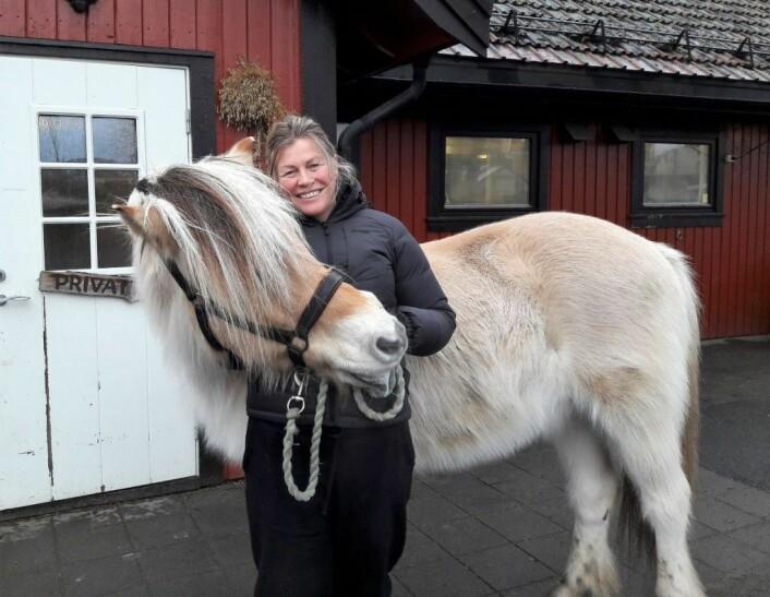 Heidi Tønnesen, daglig leder ved Kampen økologiske barnebondegård, har hatt Blakken (31) i hele 24 år, og de er gode kollegaer. Foto: Anders Høilund