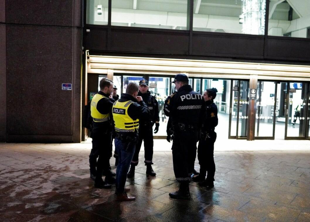 Mannen som ble knivstukket var bevissthet da nødetatene ankom Oslo S. Han er kjørt til sykehus. Foto: Fredrik Hagen / NTB scanpix