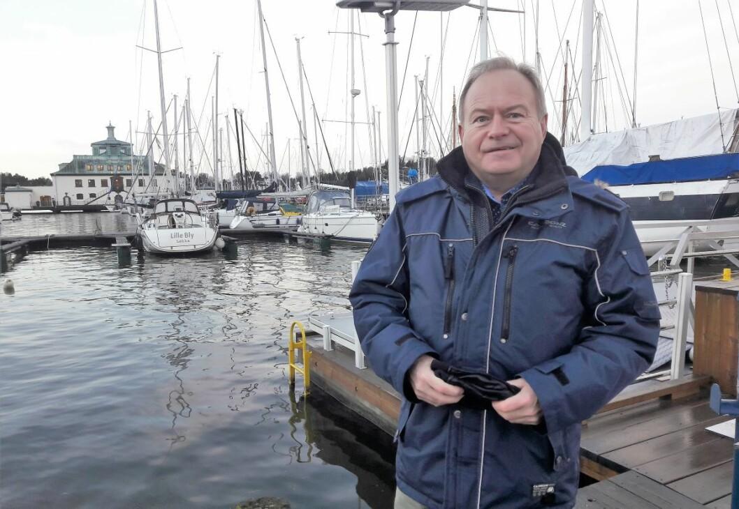 Båteier Lars Einar Meling måtte ta en tur for å se hvordan det gikk med båten. Alt var vel med Melings 36 fots Viknes. Foto: Anders Høilund