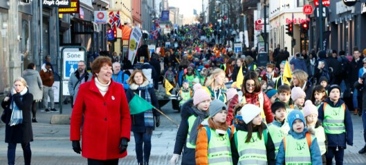 Skoleelever hjalp til med å flytte bøker til Oslos nye hovedbibliotek