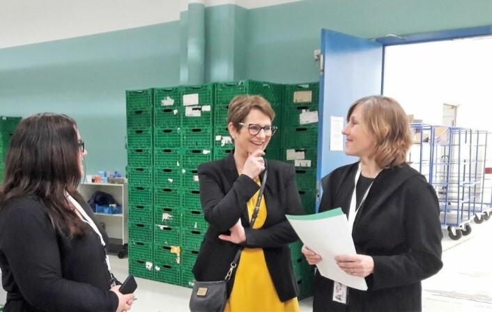 Tone Wilhelmsen Trøen (i midten) ble vist rundt i Unikums store og lyse lokaler av opplæringsleder Siri Jacobsen (til venstre) og daglig leder Kitty Stensrud (til høyre). Foto: Anders Høilund
