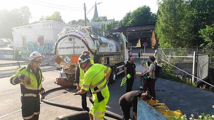 Tankbiler og redningsmannskap prøver å suge opp mest mulig olje etter utslippet i mai i år. Foto: Christian Boger