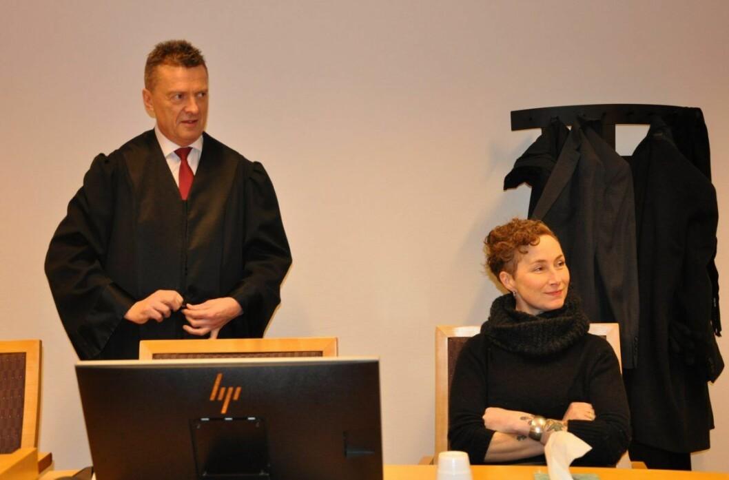 —  Jeg får en følelse av at rettssystemet fungerer. Nå er jeg utrolig lettet, sier Live Glesne Kjølstad. Til venstre forsvarer Brynjulf Risnes. Foto: Arnsten Linstad